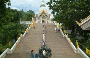 De tempel op Khao Takiab is te bereiken middels een grote steile trap.